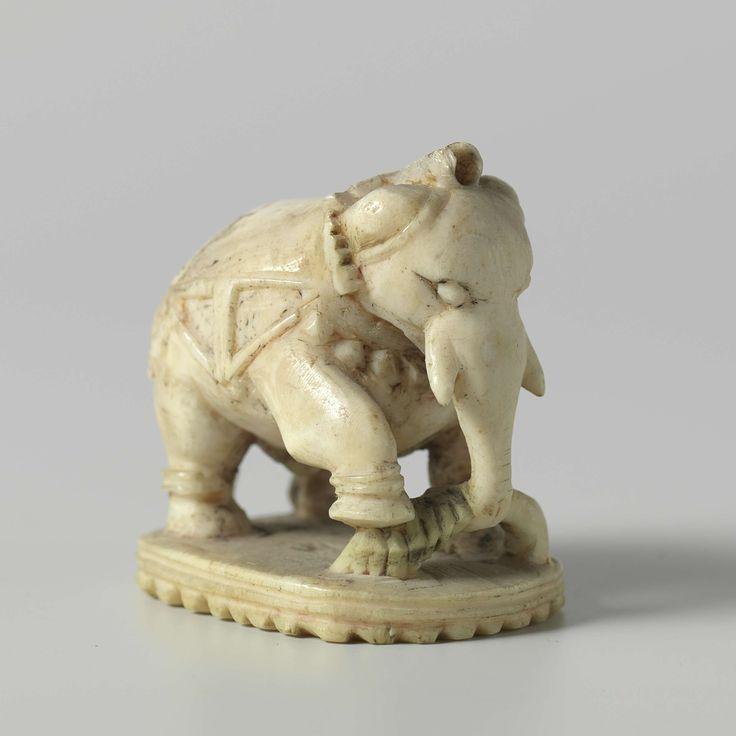 | Olifant, c. 1760 - c. 1780 | Beeldje van een olifant, wellicht een schaakstuk. De olifant staat op een ovalen voetstuk. In de slurf heeft hij een grote tak; zijn rechterpoot heeft hij op de tak gezet. De olifant draagt een decoratief tuig en ringen om de poten, aangegeven in laagreliëf. resten van rode en groene beschildering.