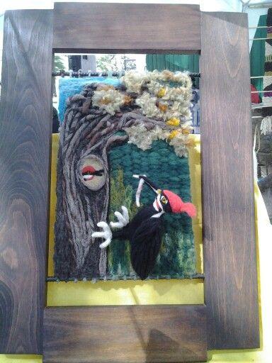 Pájaro carpintero técnicas de fieltro agujado y telar, marco de roble.