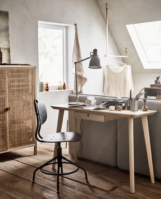 Ein Kleiner LISABO Schreibtisch In Eschenfurnier, Direkt Hinter Dem Bettsofa