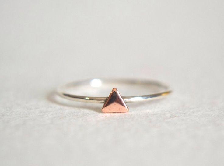 Sterling zilveren Ring, zilver stapelen Ring, fijne, eenvoudige Ring, minimalistische Ring, stapelbare Ring, koperen driehoek Ring door Fondeur op Etsy https://www.etsy.com/nl/listing/247705972/sterling-zilveren-ring-zilver-stapelen
