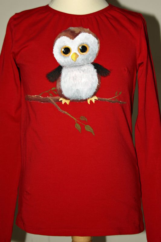 Hand painted girl's t shirt, featuring a plush toy owl on a tree branch. Glitter paint is applied on the beak and feet. Two clear rhinestones are attached on the owl's eyes, for an extra bling! The colors are non-toxic, water based, permanent fabric colors. This t-shirt can be custom-made and fully personalized.