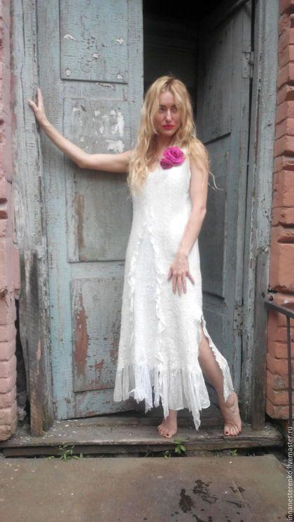 Купить или заказать Валяное платье 'Невеста' в интернет-магазине на Ярмарке Мастеров. Прекрасный наряд для торжественного случая! В таком платье можно смело идти под венец. Отлично подойдёт для любого торжественного мероприятия или вечеринки. Платье выполнено из 20 метров натурального шелка и 100г. шерсти. Брошки в комплект. По желанию могу покрасить в другой цвет.