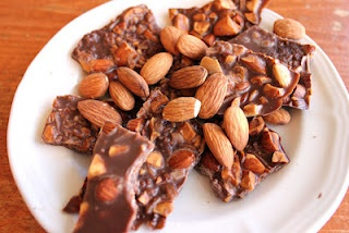 Chocolate 'Bark' made with Coconut OilSnacks Chocolates, Afternoon Snacks, Good Things, Coconut Oil Chocolates, Healthy Snacks, Chocolates Coconut, Chocolates Bark, Dark Chocolates Candies, Chocolate Bark