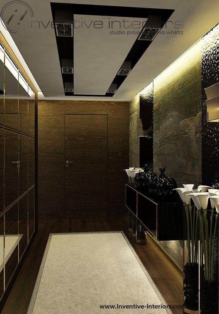 Projekt apartamentu 130m2 Inventive Interiors - nastrojowy korytarz - ciemne drewno, kamień, duże lustro