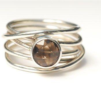 Zilveren wikkelring met gefacetteerde rookkwarts. Love this ring!