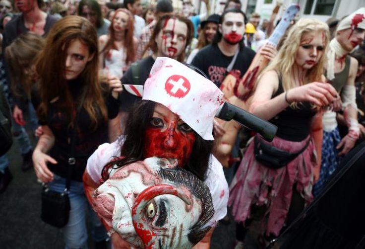 """Zombie Walk: In Warschau wurde am Sonntag ein sogenannter """"Zombie Walk"""" abgehalten. In der achten Auflage der Veranstaltung sah man in der polnischen Hauptstadt hunderte Menschen """"blutverschmiert"""" durch die Straßen laufen. Mehr Bilder des Tages auf: http://www.nachrichten.at/nachrichten/bilder_des_tages/cme10133,1088087 (Bild: epa)"""
