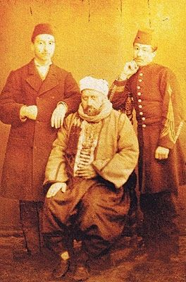 Sultan Abdulaziz tahtından indirilip aşağılamak için böyle resmini çekiyorlar. Alçaklar