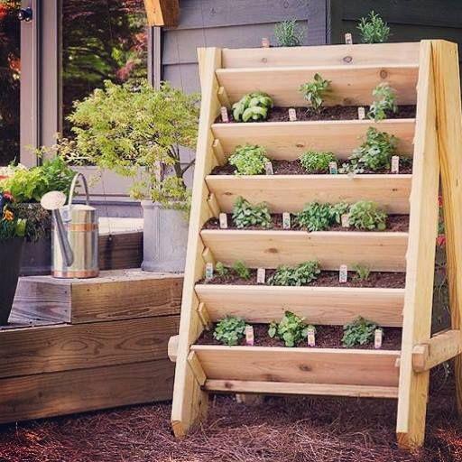 Aquí tienes una forma fácil de crear tu huerta, es decorativa y muy práctica. #TerraPradosYjardines #Ecológico #Jardín #Huertas Imagen vía Pinterest