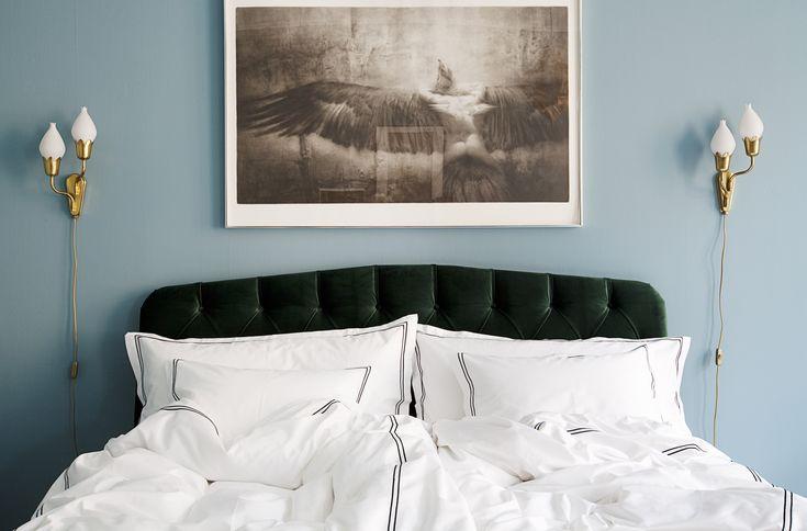Sängkläder från MELIMELI i vår finaste percale med 400 i trådtäthet. Sängkläderna är vita med två stycken broderade ramar.