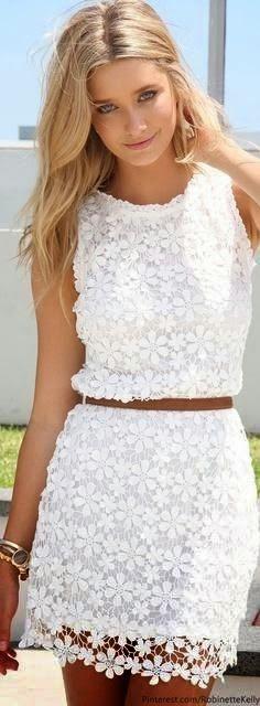 Superleuk wit jurkje. Maak het af met pastelkleurige accessoires. En een prachtige it-bag