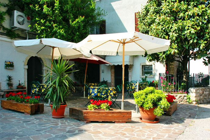 Residence La Fattoria - Lazise ... Garda Lake, Lago di Garda, Gardasee, Lake Garda, Lac de Garde, Gardameer, Gardasøen, Jezioro Garda, Gardské Jezero, אגם גארדה, Озеро Гарда ... Welcome toApartments La FattoriaLazise. Residence La Fattoria is located close to the historical village of Lazise (1km from the center and the lake). It has maintained its homely character and offers 2 and 3 roomed apartments, fully equipped with kitchenette. The 18 apartments