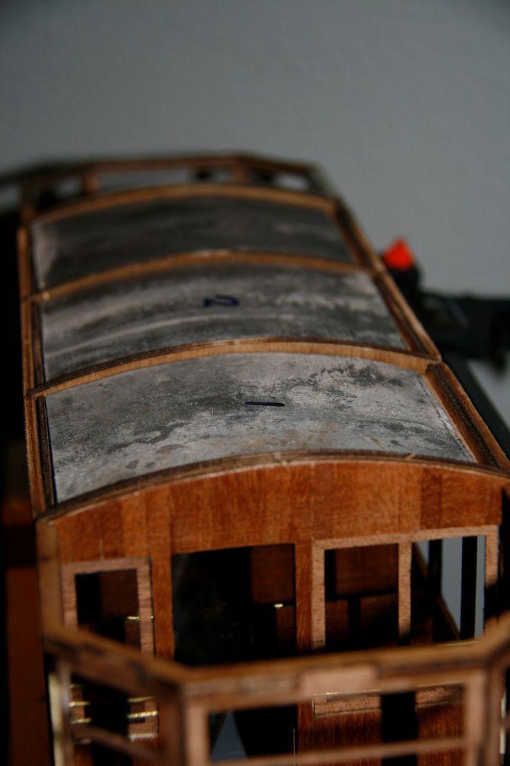 Om een beter contact met de rails te krijgen is de tram verzwaard met lood, welke aan de bovenkant is aangebracht.