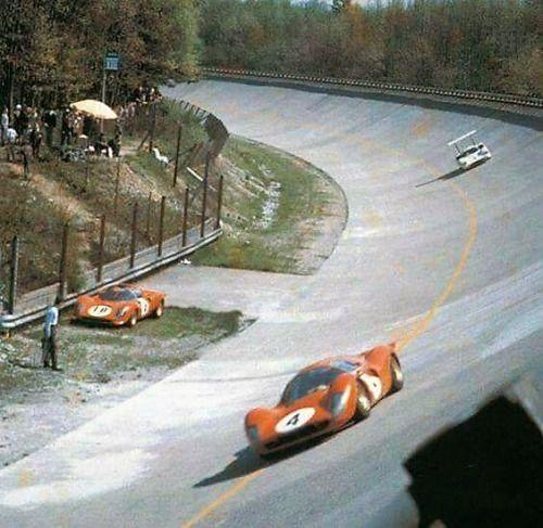 Mike Parkes / Ludovico Scarfiotti (Ferrari 330 P4) devant Mike...