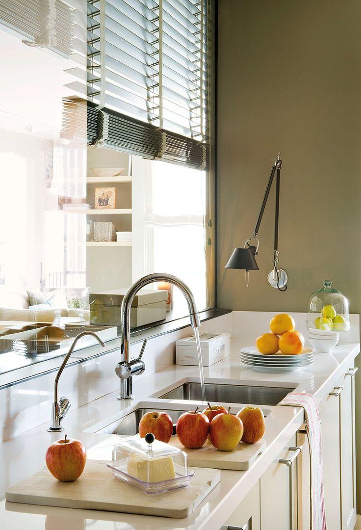 Más luz en la cocina  A través del tabique de cristal. Los armarios en tonos claros y la encimera blanca, la potencian.