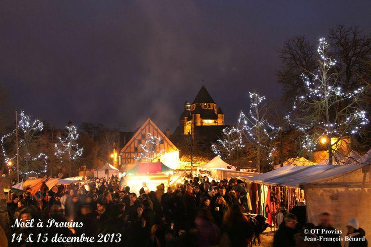 Noël à Provins - La place du Châtel et vue sur la Tour César pendant les animations nocturnes du samedi - Photo Jean-François Bénard