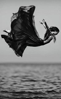 Pensamiento - Muerte Inesperada   Juan Fernández | Diciembre 21 2016  Un impulso mal medido hacia un vacío de pánicos y horrores desde un precipicio angosto el abismo más alto y riesgoso igual que nadar en las aguas turbias y profundas de un espanto divagar en el silencio de un lecho de desechos calados sin medidas y sin fondo como un sol que no brilla abandonando totalmente el delirio súbito de vivir y hacer nuestra propia marca.  Nos pasamos la vida planeando cada paso como si fuéramos…