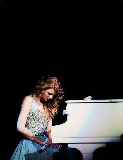 """Taylor swift singing """"Back To December/Apologize/Your Not Sorry"""" at the Speak Now Tour"""