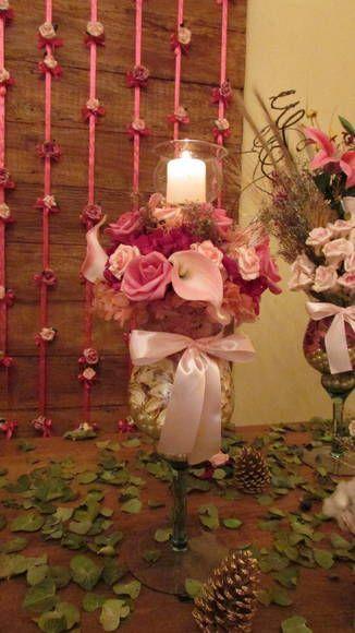 Linda taça de vidro com hortências desidratadas, copos de leite (silicone),    pérolas e velano vasinho tulipa no meio do arranjo!  Diferente  e único! Lindo arranjo que poderá decorar seus eventos de todos os estilos e seu ambiente!  Hortências nas cores rosa e pink, copos de leite rosas e rosa-antigo, taça de vidro com pérolas e flores de algodão! laço de cetim rosa, e para finalizar uma vela no meio do vaso em uma tulipa de vidro! UM LUXO! arranjo mede: 55 cm.alt. Taca mede: 35 cm  Cor…
