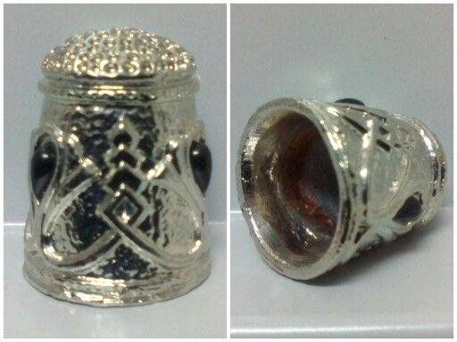 DEDAL METÁLICO. Dedal con incrustaciones de gemas con diseños góticos en toda la superficie