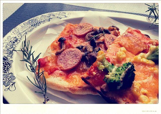 我が家のピザは、フォカッチャ生地を薄く伸ばして焼くので生地が旨旨✨  魚焼きグリルで焼くので、焼き時間は数分♫ カリカリふわふわ旨旨ピザをどうぞ〜(๑>◡<๑) - 472件のもぐもぐ - 魚焼きグリルdeフォカッチャピザ by 〜かもねぎポン酢食堂〜TOMOE