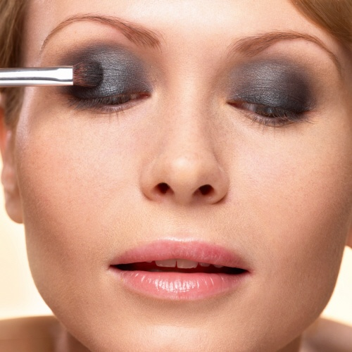 3. Apply the Single Eyeshadow in Noir ébène to your upper eye lid with light strokes. #makeuptips #yvesrocher