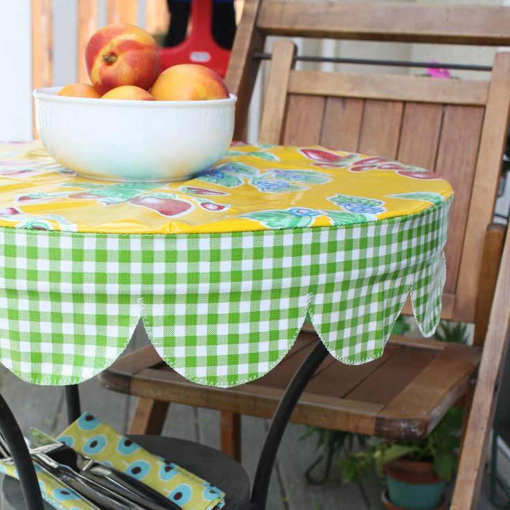 Nicole at Home: Tutorial: Round scalloped edged table cover for porch table