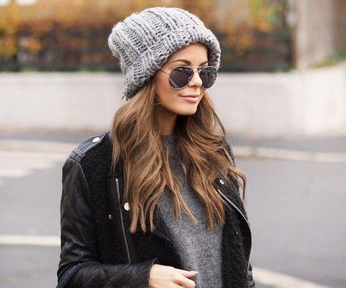 street style, вязаные шапки, вязаная шапка-бини серого цвета крупной вязки (фото 3)