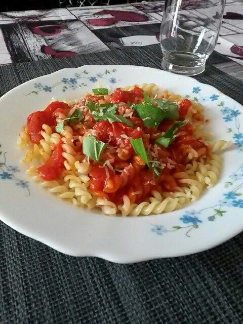 Classica pasta al pomodoro e basilico