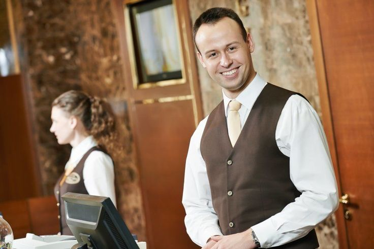 happy-receptionist-worker-at-hotel-counter1-881x588.jpg (881×588)