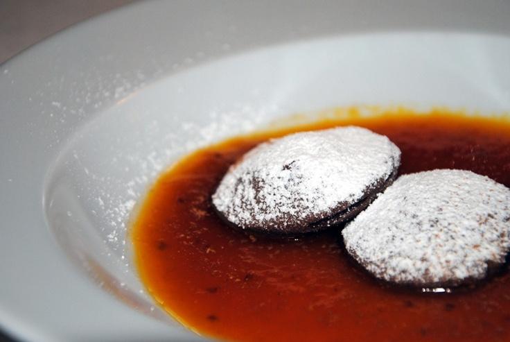 #biscotti al #cioccolato ripieni di #mandorla e #miele su salsa di #fichi d'#india #Satra #Scicli