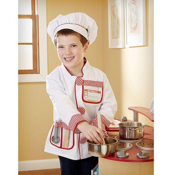 Wat zullen we vandaag weer eens koken! In dit mooie verkleed kostuum van Melissa and Doug worden de mooiste gerechten bereid en de chef-kok zit er op en top uit. De set bevat een koks jas, 2 stuks houten keukengerei, een setje meetlepels, een ovenwant en natuurlijk ook een koksmuts. De verkleedset is van zeer goede kwaliteit zoals we van Melissa and Doug gewent zijn. De verkleedset is geschikt voor kinderen tussen de 3-6 jaar.
