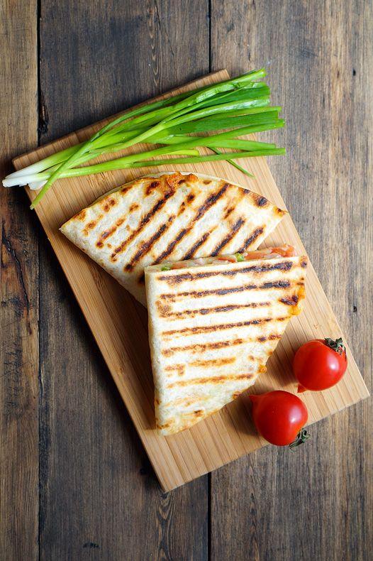 Хозяйке на заметку.Кесадия (исп. quesadilla, букв. сырная тортилья) — блюдо мексиканской кухни, представляет собой две лепёшки-тортильи с начинкой, в которую обязательно входит сыр, поджаренные на сковороде или во фритюре. За счёт поджаривания сыр в начинке плавится и тем самым скрепляет обе тортильи. Также вместо двух лепёшек можно сложить одну тортилью пополам. Готовится кесадия вообще элементарно....