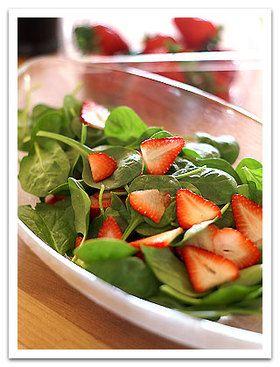 いちごとほうれん草のサラダ   by  popo  材料 (約4人分) いちごスライスして約1カップ ほうれん草サラダ用ほうれん草1パック(適量でOKです) ポピーシード(けしの実。なければゴマで代用可)大さじ1 オリーブオイル 1/2カップ 白ワインビネガー 1/4カップ 砂糖1/2カップ