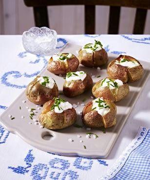 Kleine Ofenkartoffeln mit Creme fraiche und Schnittlauch Rezept