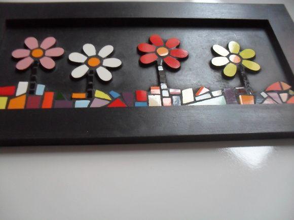 Um quadrinho em mosaico com quatro florzinhas.  36,5x18,0 cm  Realizado com azulejos específicos.  Moldura em MDF pintada com tinta acrílica preta e acabamento em cera. E com 2 ganchinhos para dependurar na parede.  Ótima opção para decorar sua casa ou presentear com bom gosto!  Para esclarecer d...