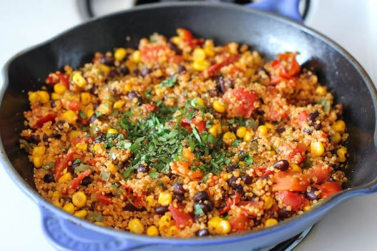 Mexická quinoa z jedné pánve, krok 4: Nakonec vmíchejte šťávu z limetky, avokádo a koriandr.