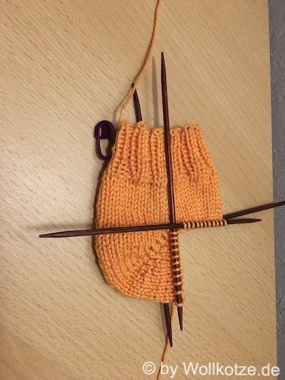 Kleine Anleitung für die lückenlose Bumerangferse. Auf was du beim stricken der Bumerangferse achten musst, damit kein Loch entsteht, erfährst du hier.