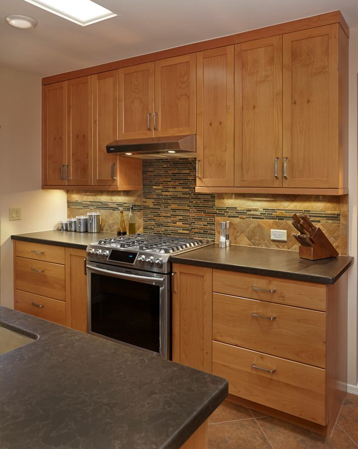 Shaker craft classic natural cherry cabinetry with black Backsplash ideas quartz countertops