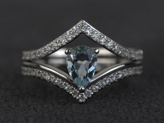 Aquamarijn steen, twee ringen door XCjewelryStudio. Bovenste band is los. Vind ook mooi zonder. Onderste band mooi met 2 bars.