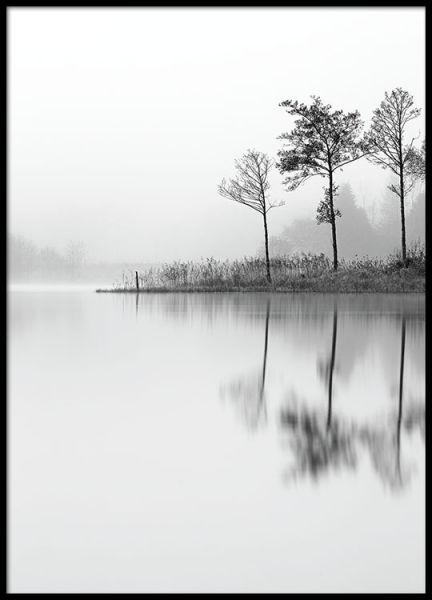 Zwart-wit print met fotokunst. Een erg stijlvol en rustgevend motief met een mooi meer en zijn reflecties. Deze print is mooi alleen maar ook samen met andere fotografie of mindfullness posters met inspirerende teksten. www.desenio.nl