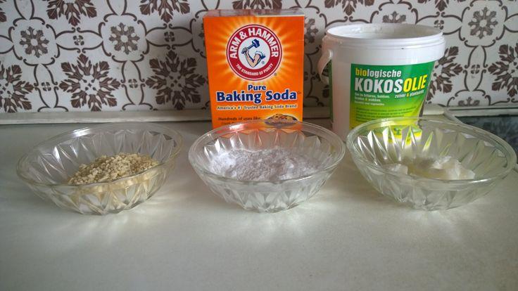 Benodigdheden : Maïzena, kokosolie, en natriumbicarbonaat.  Voeg de maïzena (60gr) bij de baking soda (60gr) op een zacht vuurtje. Voeg een lepel kokosolie toe. Meng goed, en voeg nog wat lepels kokosolie toe, tot het een zacht papje wordt. Giet het in een potje, en laat langzaam afkoelen. Na een tijdje wordt de creme hard, en die kan je dan onder je oksels smeren.