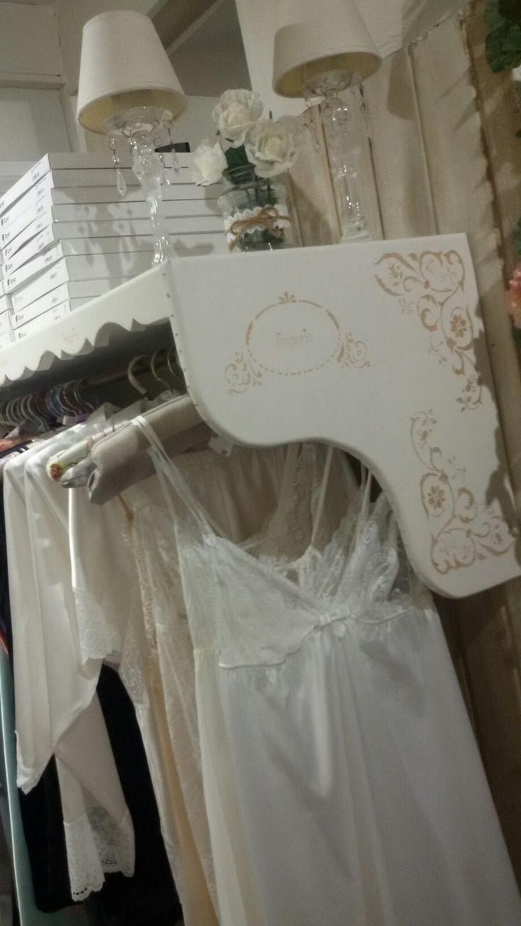 Estantería shabby chic para lencería de novia.  Aymadremía Lencería en Zaragoza ❤❤