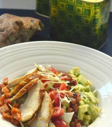 Σαλάτα με στήθος κοτόπουλου σοτέ, σάλτσα τυριού και τραγανά κρουτόν | Γιάννης Λουκάκος