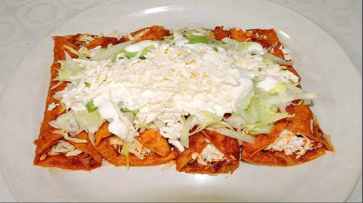 Enchiladas Rojas Deliciosas   visitame en youtube cocinablog con iris angelic  Ingredientes:   Pechuga de pollo de 560 gr. Un ajo Un puñito de Sal 100 gr. de chile ancho un pedazo de cebolla una cucharada sopera de knorr suiza pimienta molida comino molido tortillas Aceite vegetal lechuga 300 gr. de queso oreado crema la mitad de una cebolla  un aguacate