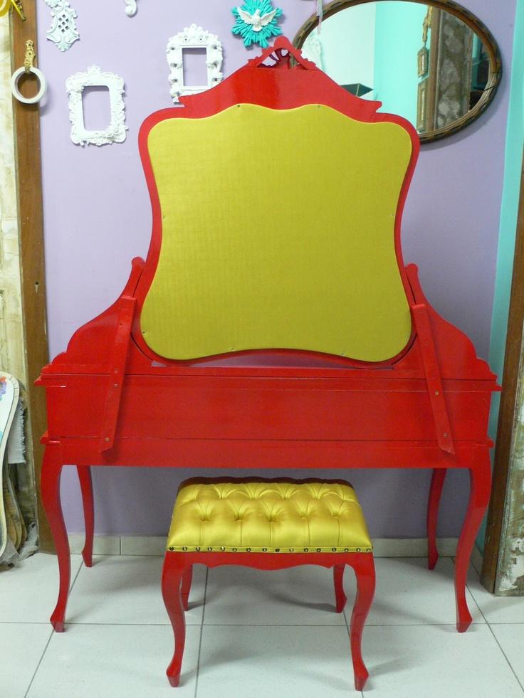 Ateliando - Customização de móveis antigos: Penteadeira Vermelha Glaucia - SP  Nosso verso de penteadeira forrado com couro dourado!