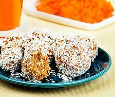 Ge kroppen ny energi med de här naturligt söta morotsbollarna. Perfekt mellanmål eller som nyttigare fika. Bollarna kan göras på morotsrester från en råsaftscentrifug eller rivna morötter. Dadlar bidrar med naturlig sötma och cashewnötter gott crunch.