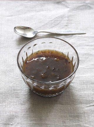 Sviskekompott  Oppskrift (4 personer) 5 dl vann 4 ss sukker 250 g steinfrie svisker 1 1/2 ss potetmel Kok opp vann og sukker i en kjele. Ha sviskene i sukkervannet og kok dem til de er møre. Rør potetmelet ut i litt kaldt vann og hell det i kjelen. Gi det et raskt oppkok og ta kjelen av platen. Avkjøl litt før den serveres. Hvis du drysser et lag med sukker på toppen unngår du at det danner seg snerk. Server med melk eller vaniljesaus. Foto: Monica Friedrich