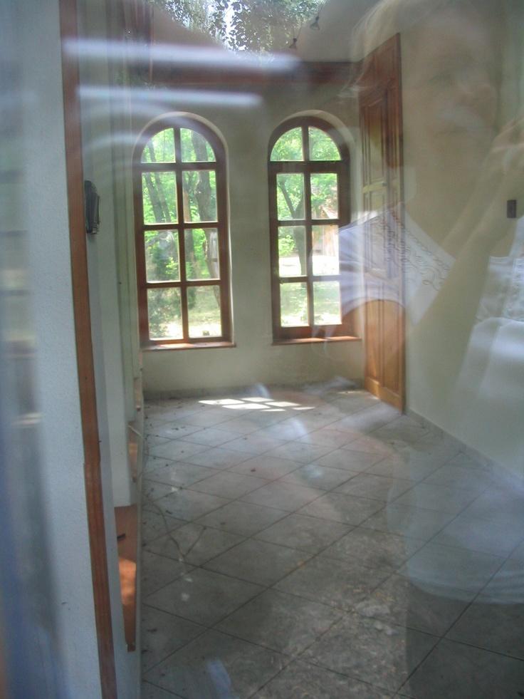 a télikert, a két szemben lévő ablak alá lócát/padot tennék