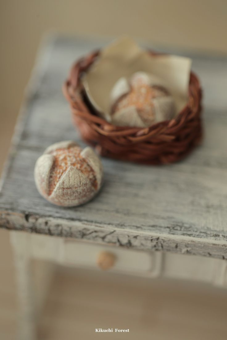 Miniature Food - Dollhouse Assorted Breads,with Rustic basket #frenchstyle #dollandminiatures #tiny #handmade #clay #miniaturebreads #dollhousefood #bakery #pastry #パン #pane #pain #loaf #Brot #kikuikestudio