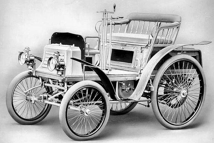 La Benz Ideal, ce véhicule mesure 1.35 mètres de large, 2.4 mètres de long, et a un empattement de 1.56 mètres, poids 425 kg, 3 version de moteur 1 cyl. 1, 1.1 et 2.1L pour 3, 4.5 et 8ch, cette voiture fut produite de 1898 à 1902.